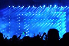 Muchedumbre que aumenta sus manos en un concierto Fotografía de archivo libre de regalías