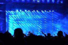 Muchedumbre que aumenta sus manos en un concierto Foto de archivo libre de regalías