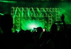 Muchedumbre que aumenta sus manos en un concierto Imagen de archivo