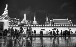 Muchedumbre que camina alrededor de palacio magnífico en blanco y negro Imágenes de archivo libres de regalías
