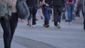Muchedumbre que camina del día ocupado almacen de video