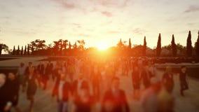 Muchedumbre que camina en campus en la puesta del sol almacen de video