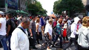 Muchedumbre que camina a través de la calle En México el crecimiento de la población es un problema público debido los altos índi almacen de video