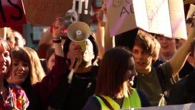 Muchedumbre que canta con el megáfono, protestas contra el gobierno conservador, elección general 2015, Bristol Reino Unido metrajes