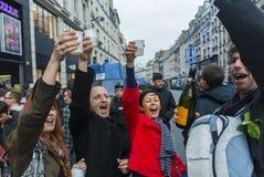 Muchedumbre que celebra al presidente del francés de los resultados Imagenes de archivo