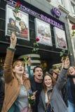 Muchedumbre que celebra al presidente del francés de los resultados Fotos de archivo libres de regalías