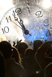 Muchedumbre que celebra el Año Nuevo con los fuegos artificiales Fotografía de archivo libre de regalías