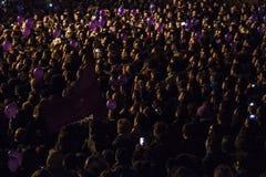 Muchedumbre que celebra resultados de elección general Imagen de archivo libre de regalías
