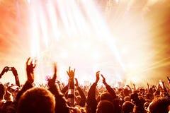 Muchedumbre que disfruta de concierto Fotografía de archivo