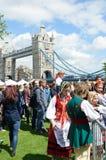Muchedumbre que disfruta de día polaco cerca del puente de la torre Imagen de archivo