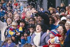 Muchedumbre que disfruta de un desfile junto Fotos de archivo