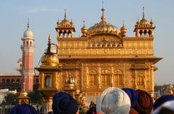 Muchedumbre que hace cola al templo de oro en la India Fotos de archivo
