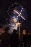Muchedumbre que mira los fuegos artificiales de los Años Nuevos Imagen de archivo