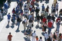 Muchedumbre que recorre Foto de archivo