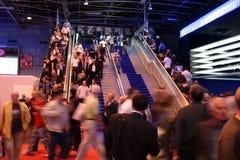 Muchedumbre que recorre abajo de las escaleras Imagenes de archivo