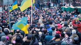 Muchedumbre que se une a de Petro Poroshenko del candidato presidencial de manifestantes ucranianos metrajes