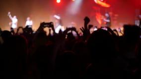 Muchedumbre que va de fiesta concierto de rock almacen de metraje de vídeo