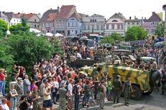 Muchedumbre que ve el vehículo militar Imagen de archivo libre de regalías