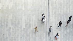Muchedumbre superior de la visión aérea de gente que camina en pedes de la calle del negocio fotos de archivo libres de regalías