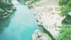 muchedumbre turística que admira la herencia Mostar Stari de la UNESCO la mayoría del puente almacen de video