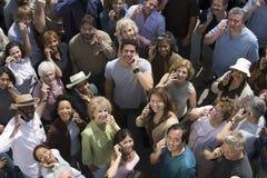Muchedumbre usando los teléfonos celulares Imagen de archivo libre de regalías