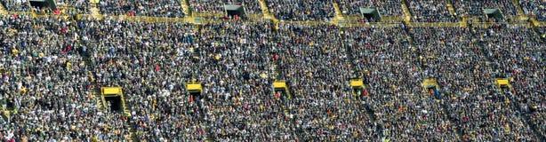 Muchedumbre, ventiladores, y gente en el estadio de los deportes, bandera imágenes de archivo libres de regalías