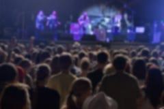 Muchedumbre y ejecutantes Defocused en festival de música Imagen de archivo libre de regalías