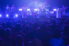 Muchedumbre y ejecutantes Defocused en festival de música Fotos de archivo libres de regalías