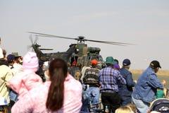Muchedumbre y el helicóptero militar Foto de archivo libre de regalías