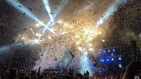 Muchedumbre y partículas del festival de música en directo metrajes