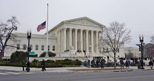 Muchedumbres de deudos y de medios delante del edificio del Tribunal Supremo adonde la última justicia Antonin Scalia pone en des Imagen de archivo