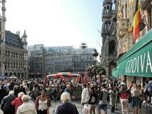 Muchedumbres de gente en Grand Place en la ciudad de Bruselas Imágenes de archivo libres de regalías