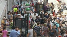 Muchedumbres de gente en Wall Street NYC - lapso de tiempo - 3 almacen de video