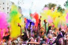 Muchedumbres de gente no identificada en el funcionamiento del color Foto de archivo libre de regalías