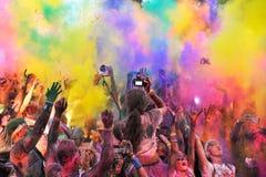Muchedumbres de gente no identificada en el funcionamiento del color Imagen de archivo