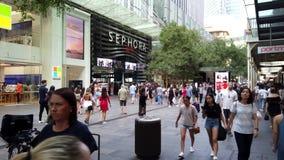 Muchedumbres de la hora de comer en Pitt Street Mall, Sydney, Australia almacen de metraje de vídeo