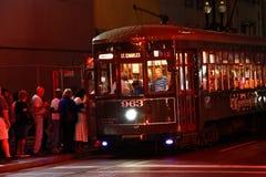 Muchedumbres de la noche del coche de la calle del St. Charles de New Orleans Imagenes de archivo