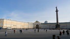 Muchedumbres de turistas en el palacio cuadrado del invierno metrajes