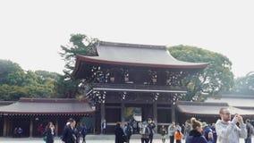 Muchedumbres de turistas en Meiji Shrine en Shibuya, Tokio almacen de video
