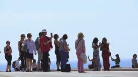 Muchedumbres de turistas que admiran y que toman la foto de la visión mediterránea hermosa almacen de metraje de vídeo