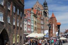 Muchedumbres de turistas que caminan abajo de la calle de la ciudad vieja de Gdansk en el río de Motlawa, Polonia Fotos de archivo libres de regalías