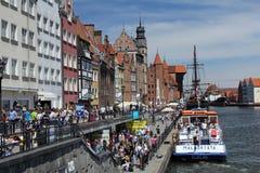 Muchedumbres de turistas que caminan abajo de la calle de la ciudad vieja de Gdansk en el río de Motlawa, Polonia Fotos de archivo