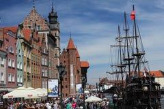 Muchedumbres de turistas que caminan abajo de la calle de la ciudad vieja de Gdansk en el río de Motlawa, Polonia Fotografía de archivo libre de regalías