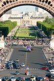 Muchedumbres debajo de la torre Eiffel IV imagenes de archivo