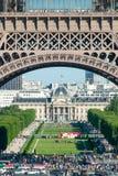 Muchedumbres debajo de los arcos de la torre Eiffel imágenes de archivo libres de regalías