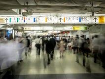 Muchedumbres del paso inferior de la estación de tren de Tokio Fotos de archivo libres de regalías