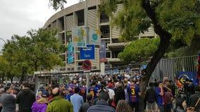 Muchedumbres delante del estadio del FC Barcelona metrajes