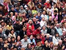 Muchedumbres diversas en la cucharada en el FE de Thames del río Imágenes de archivo libres de regalías