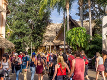 Muchedumbres en Adventureland en el parque de Disneyland Imágenes de archivo libres de regalías