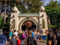 Muchedumbres en Adventureland en el parque de Disneyland Fotos de archivo
